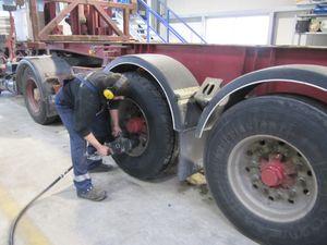 Bild: Reparaturarbeiten an einem Chassis